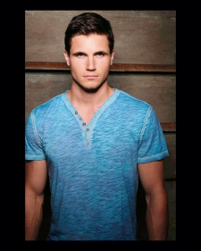 Robbie Amell 3_53bcccd9e70f72.87499037