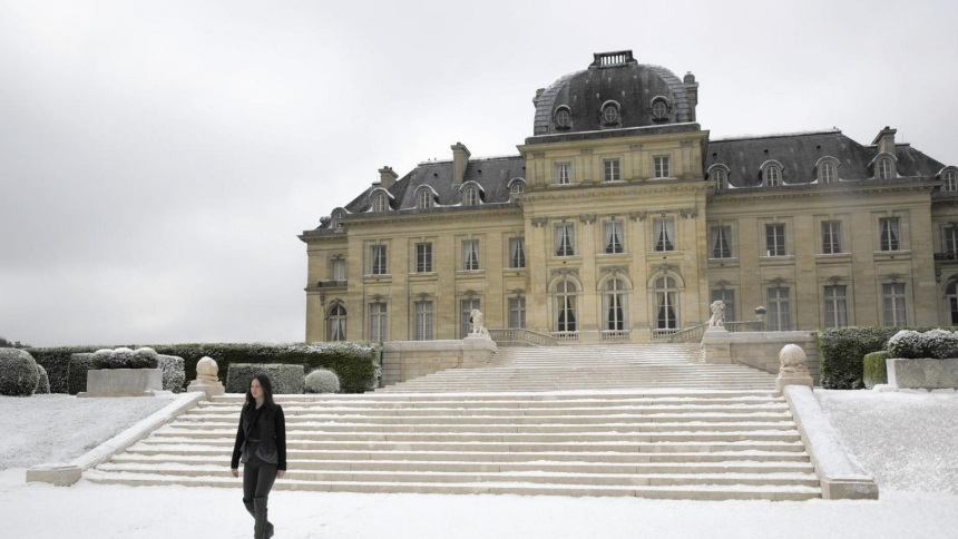 Katniss (Jennifer Lawrence) in front of Snow's mansion.
